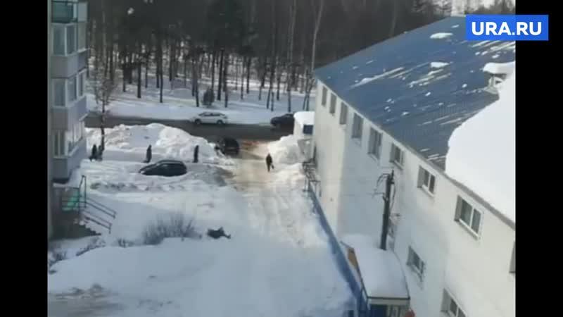 В Ивановской области женщину чуть не придавило рухнувшим с крыши снегом