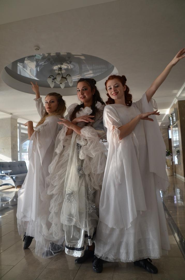 Луганский русский театр провел экскурсию по своим цехам для младших школьников