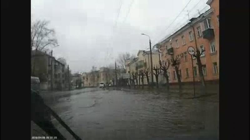 На ул. Калинина затопленный переход вынуждает людей рисковать жизнью (1)