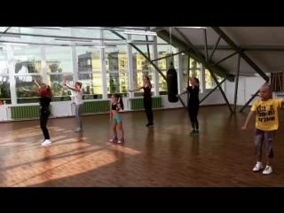 Прямо сейчас у нас проходит занятие Action Dance 💃🏻 это танцевальный класс, который включает в себя освоение базовых шагов разли