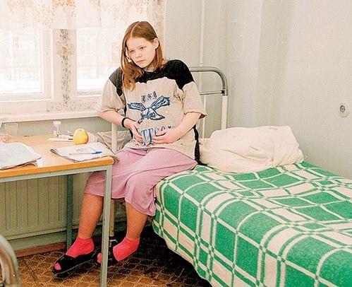 Привезли роженицу лет 16 в городской роддом. После осмотра отправили ее бриться в ванную комнату и в помощь санитарку дали