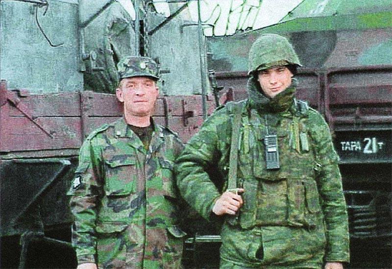 Офицер и рядовой из экипажа спецпоезда железнодорожных войск России. На заднем плане БРДМ-2, установленная на платформе СП «Байкал». Февраль 2002 г., Ханкала, Чеченская Республика