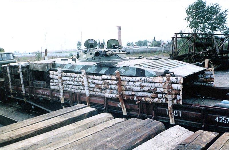 БМП-2 на платформе СП «Байкал». Камуфляж БМП резко отличается от окраски остального подвижного состава этого бронепоезда