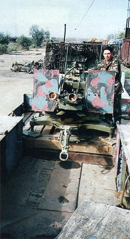 ЗУ-23-2, установленная на платформе СП «Байкал». Для обеспечения необходимых углов ведения огня ЗУ смонтирована на невысоком деревянном постаменте, по бортам стальные шкафы для имущества. Расчёт спереди прикрыт толстыми стальными листами, установленными под небольшим углом