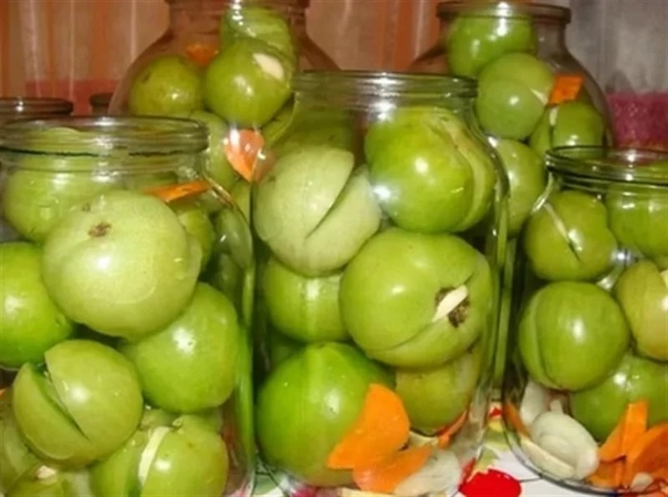 как засолить зеленые помидоры с чесноком закуски из зеленых помидоров пользуются огромной популярностью, особенно в местах, где овощи не успевают до красна вызреть на кусте. полузрелые томаты