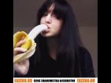 Молодая сосет. Сует в глотку! Жесткой принимает банан глубоко в горло. Засандалили по самое не хочу. Угостил своим бананом