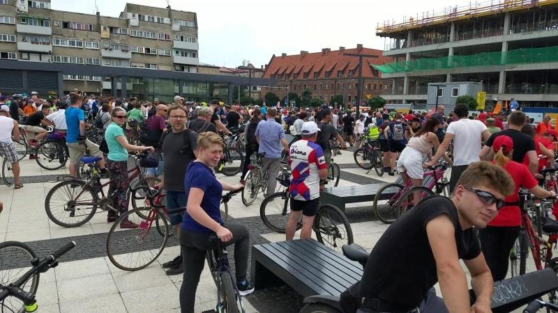 Святое собрание педалирующей велобратии перед стартом Вроцлавского пелетона на площади Новый Рынок