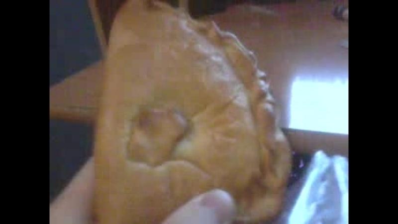 Долбанутый школотрон делает видео обзор на булочку с творогом из пятёрочки ну вы посмотрите блядь