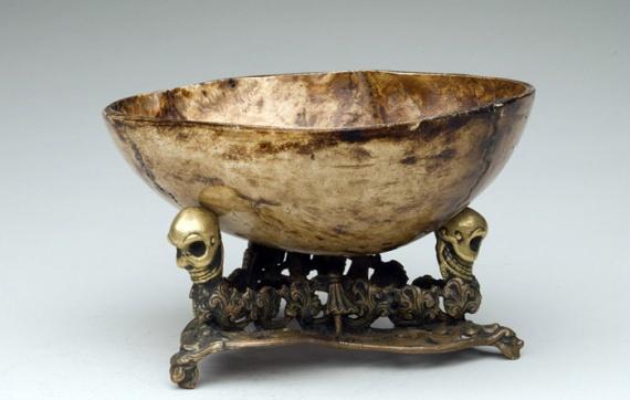 Капала — ритуальная чаша из черепа Думаете, пить из бокала или стопки в форме черепа — это странно Так вот капала – это совсем новый уровень, скажу я вам. Капала — это ритуальная чаша, сделанная