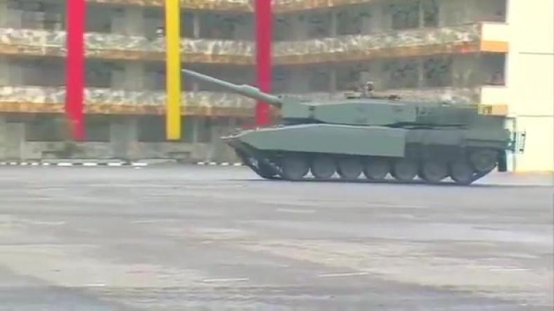 Сингапур Army - Leopard 2SG Основной боевой танк Маневренность Демонстрация [480p]
