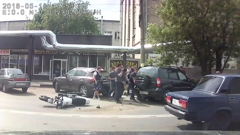 Прохожие приподняли внедорожник, чтобы вытащить залетевшего под него байкера