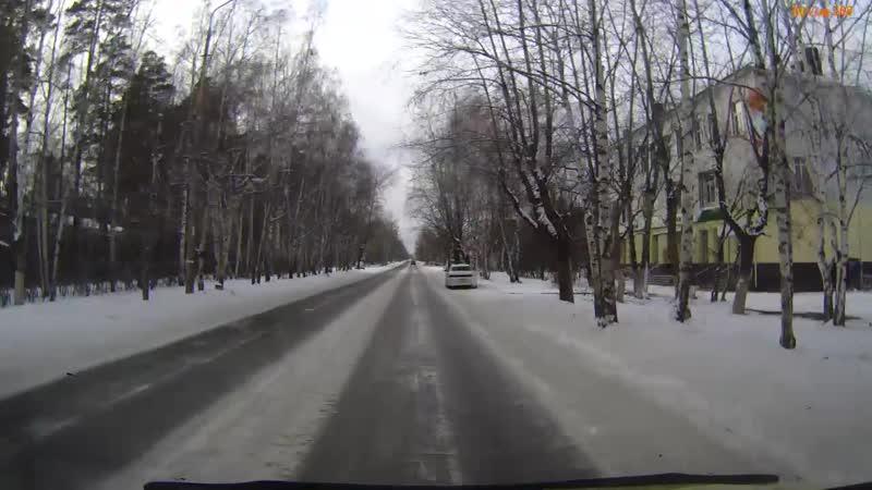 Автомобиль едет по встречной полосе на дороге с односторонним движением