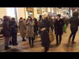 Огромная очередь. С 8 утра люди стоят за автографом лидера группы Rammstein