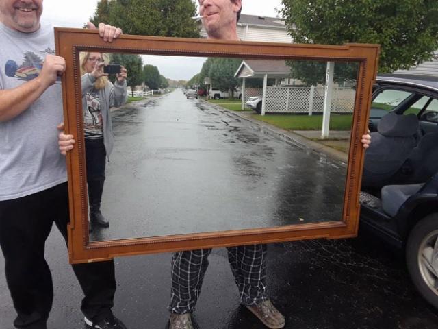 Суровые люди продают зеркала