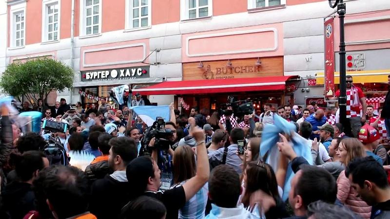 Аргентинские и хорватские футбольные фанаты в Нижнем Новгороде.