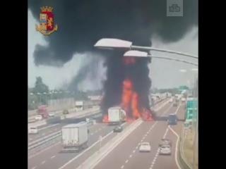 Камера сняла момент ДТП, ставшего причиной мощного взрыва в Болонье