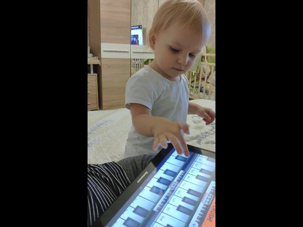 Маленький пианист. Играем на клавишах в планшете.