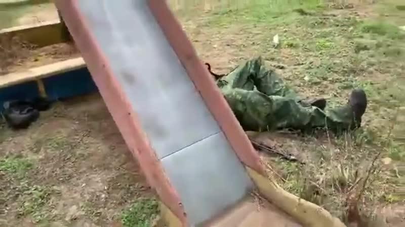 Епічне відео пяна російська мерзота на дитячому майданчику в окупованому Луганську