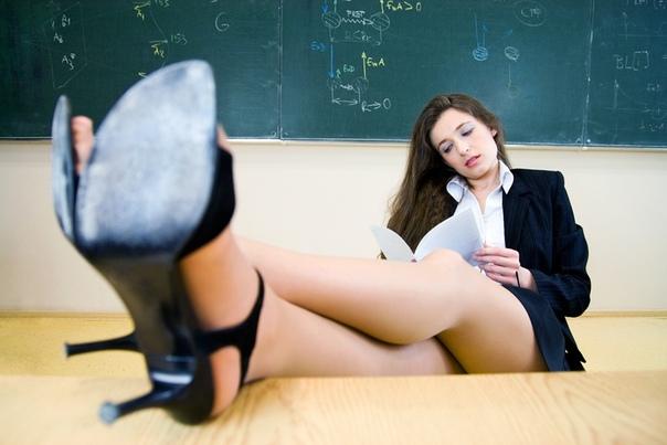 практикантка в наш универ недавно пришла практикантка. я учусь на 5 курсе, поэтому мы с ней почти одного возраста. она преподает физику. сразу рядом с ней дежурил наш старый учитель, но вот уже