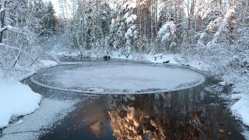 Идеально круглая льдина на реке в Финляндии