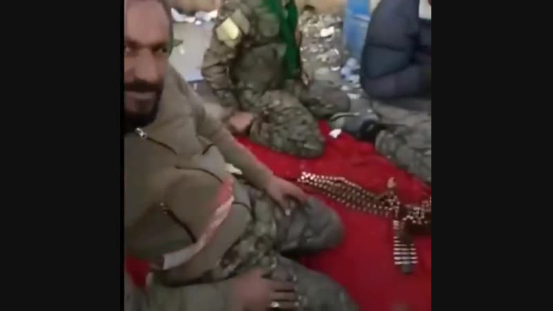 Бойцы Сирийских демократических сил наблюдают за авиаударами ВВС международной коалиции (в частности, с самолета F-15) по подк
