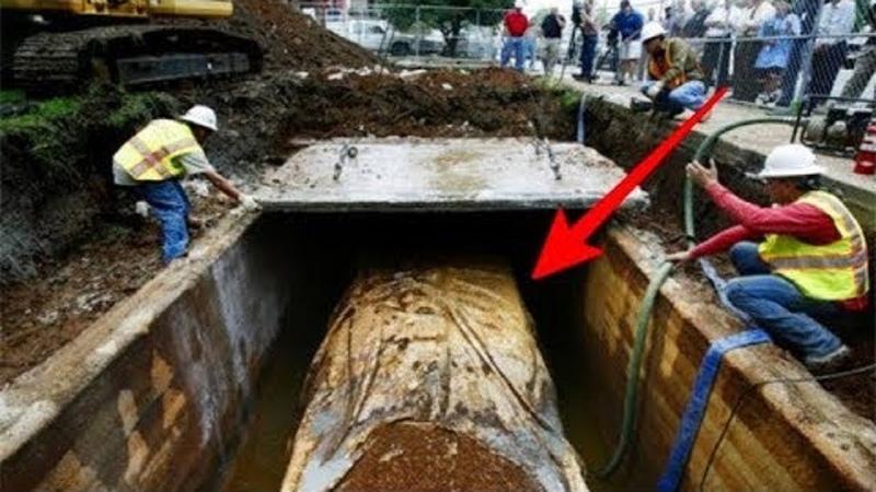 Fahrzeug unter der Erde versteckt. Nun wurde es ausgegraben!