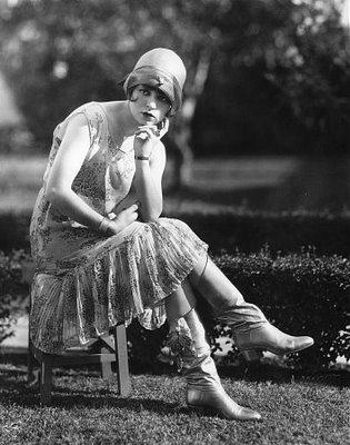 Флэпперы прозвище эмансипированных молодых девушек 1920-х годов, олицетворявших поколение ревущих двадцатых. В противовес викторианским идеалам, в соответствии с которыми воспитывали их матерей