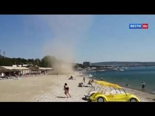 Смерч «атаковал» отдыхающих на пляже в Геленджике