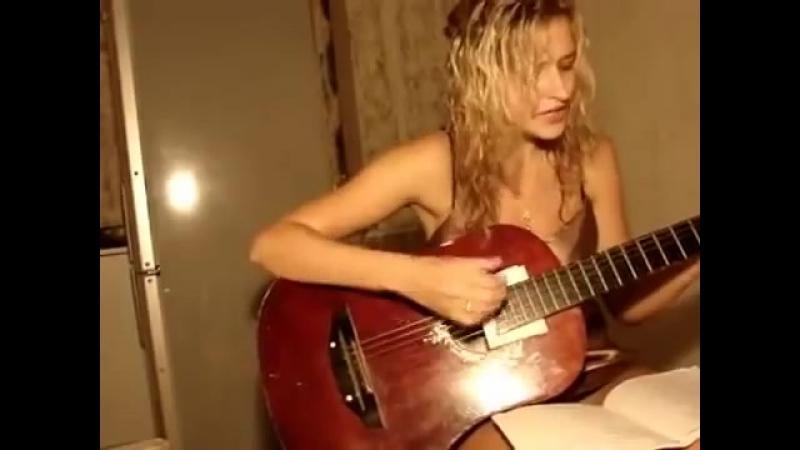 НЕ ДОЖДАЛАСЬ Девушка красиво поёт и играет на гитаре