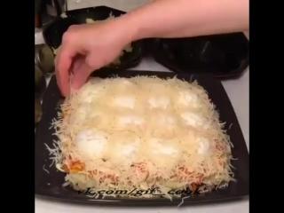 Необыкновенный слоеный салат с половинками яиц