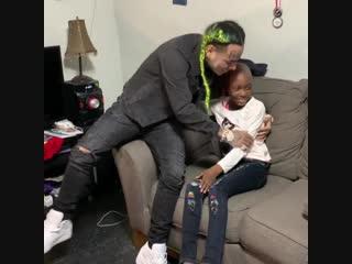 8-ми летняя девочка, борющуюся с раком мозга захотела встретиться 6ix9ine, который на следующий день приехал прямо к ней домой