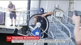 У Кив камери зафксували, як молодь кида в Днпро прокатний велосипед