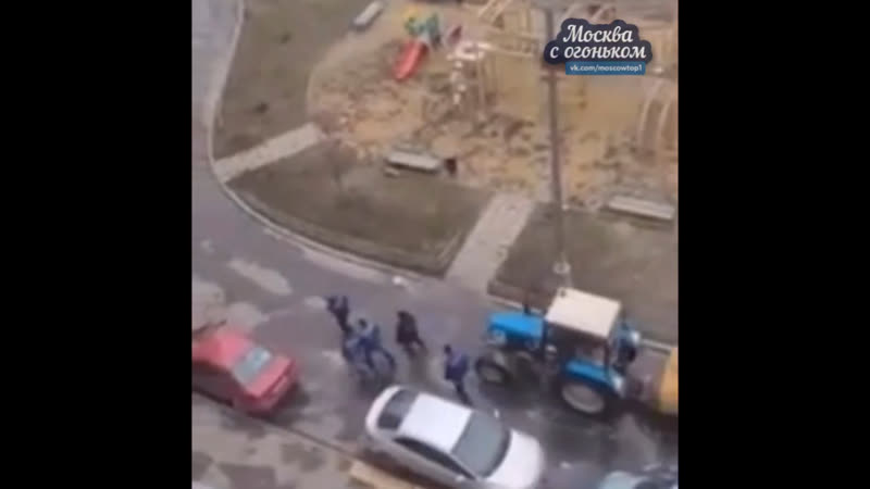 Моют дороги во дворе, район Южное Бутово