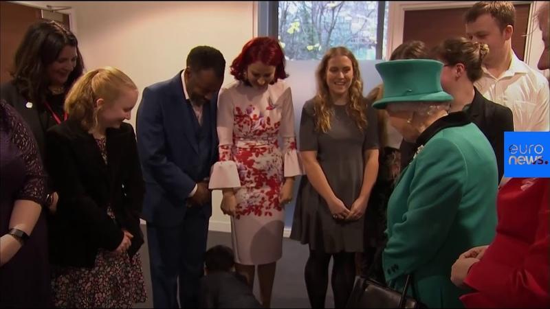 Мальчик так смутился при виде королевы, что уполз в другую комнату