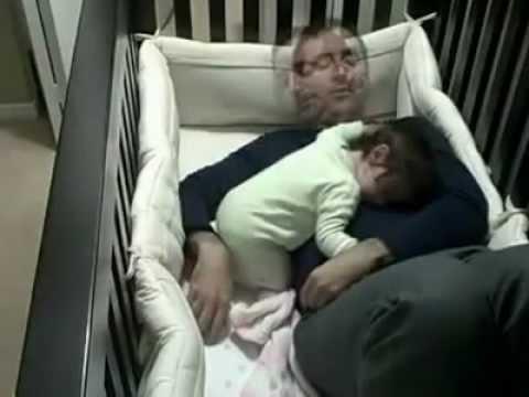Babasından ayrılamayan bebek çok tatlııııııı ♥ ♥ ♥