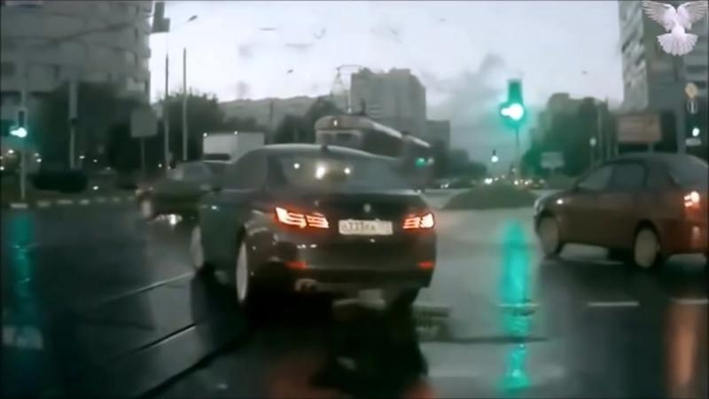 Целый автомобиль вывалился из пространственно временного портала прямо посреди улицы
