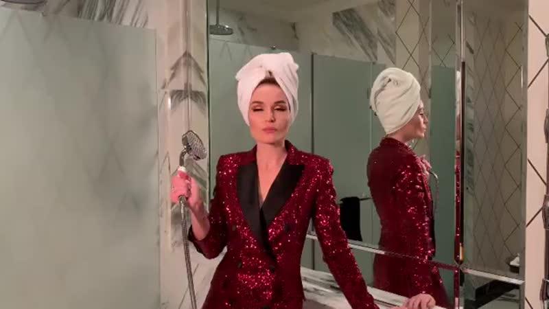 Готовлюсь к церемонии @glamour russia Женщина года 2018 напевая мою новую песню МЕЛАНХОЛИЯ А как вы собираетесь на важные ме