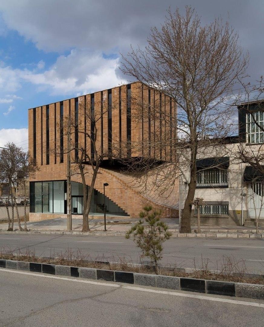 Многофункциональный коммерческо-офисный дом Termeh Commercial Office Building находится в историческом иранском городе Хамадан, который славится своей радиальной системой улиц, протяженными центральными осями и «квадратной» исторической застройкой.