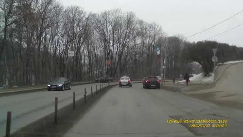 Легковушка влетела в ограждение напротив Успенского собора в Смоленске