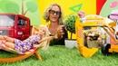 Spielspaß mit Puppen für Kinder. Barbie bekommt einen neuen Garten.