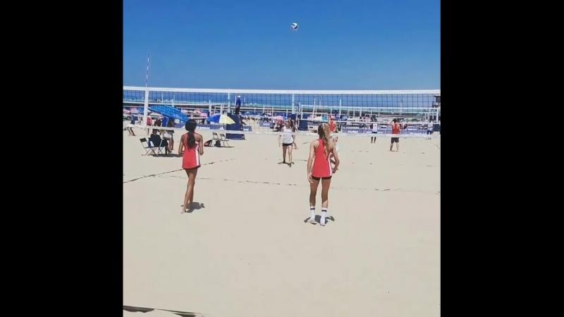 девчачий пляжный волейбол