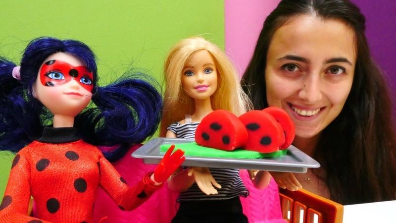 Sevcan ve Barbie Uğurböceği için rulo pasta yapıyor