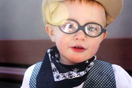 Катаракта возникает, когда часть глаза повреждена, а линзы глаз становятся мутными.