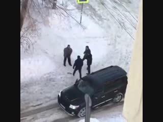 Сегодня в Самаре прохожий вступился за бродячих собак, в которых внезапно средь белого дня решил пострелять мужчина. В итоге зас