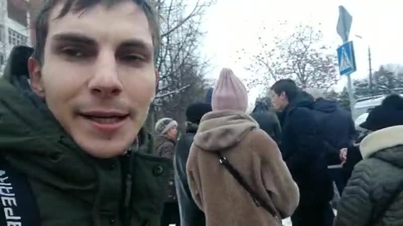 Жители Коломны и Д.Гудков идут в отделение полиции к задержанному В.Егорову