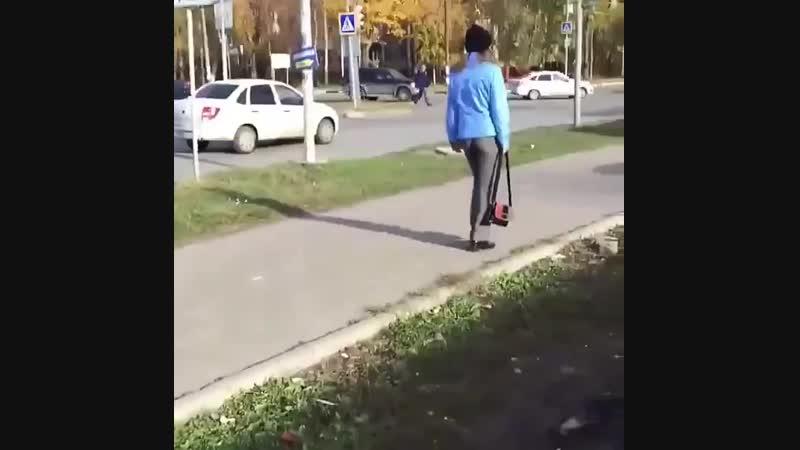 Неадекватное поведение на дороге На перекрёстке улиц Камышинская и Ефремова пешеход провоцирует ДТП