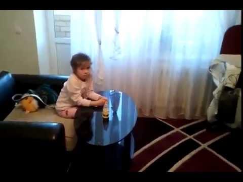 Ребёнок смотрит мультик