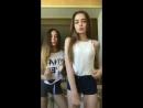 Две красивые школьницы одноклассницы танцуют на камеру крутят попой в перископ