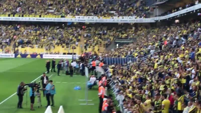 Fenerbahçe-Beşiktaş Yensen yenilsen kalbim hep senle eşliğinde Fenerbahçenin sahaya çıkışı.mp4