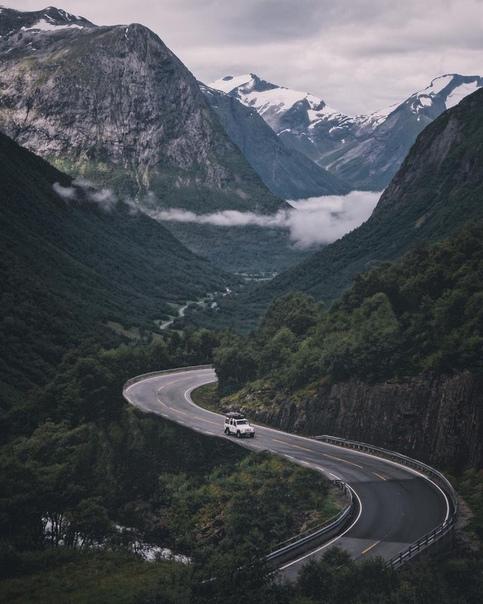 Красота Норвегии Бытует шутка, что природа получила премию за создание Норвегии. Красота этого края пленит и завораживает. Чего только стоят горные заливы фьорды! Также стоит отметить, что жизнь
